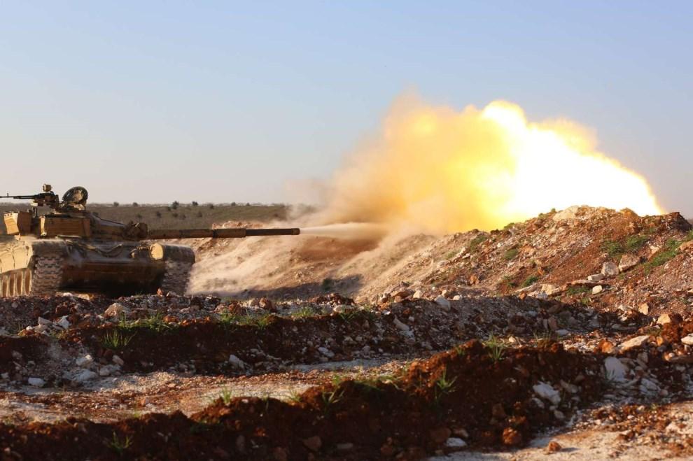 13.SYRIA, Hama, 19 lutego 2014: Czołg zdobyty przez rebeliantów ostrzeliwuje pozycje wojsk rządowych. AFP PHOTO / ABU HADI AL-HAMWI