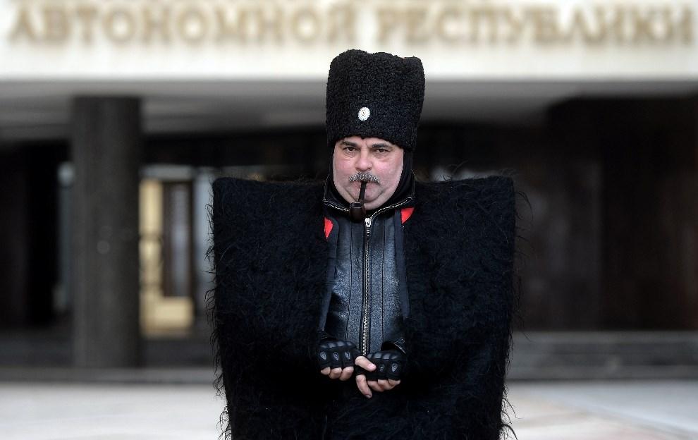 13.UKRIANA, Simferopol, 11 marca 2014: Kozak na posterunku przed budynkiem Krymskiego parlamentu. AFP PHOTO/ Filippo MONTEFORTE