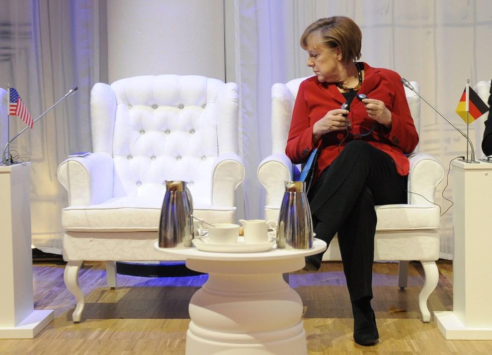13.HOLANDIA, Haga, 25 marca 2014: Kanclerz Angela Merkel patrzy na puste miejsce prezydenta USA. AFP PHOTO POOL/JOHN THYS
