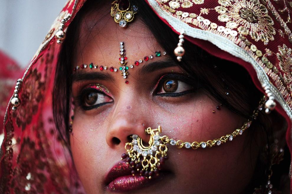14.INDIE, New Delhi, 3 marca 2014: Panna młoda czeka na przybycie swojego przyszłego męża. AFP PHOTO/Roberto SCHMIDT