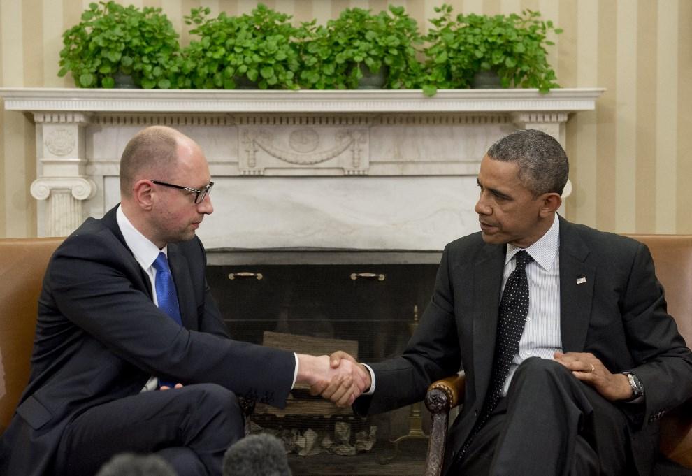 14.USA, Waszyngton, 12 marca 2014: Barack Obama i premier Ukrainy, Arsenij Jaceniuk, podczas spotkania w Białym Domu. AFP PHOTO / Saul LOEB