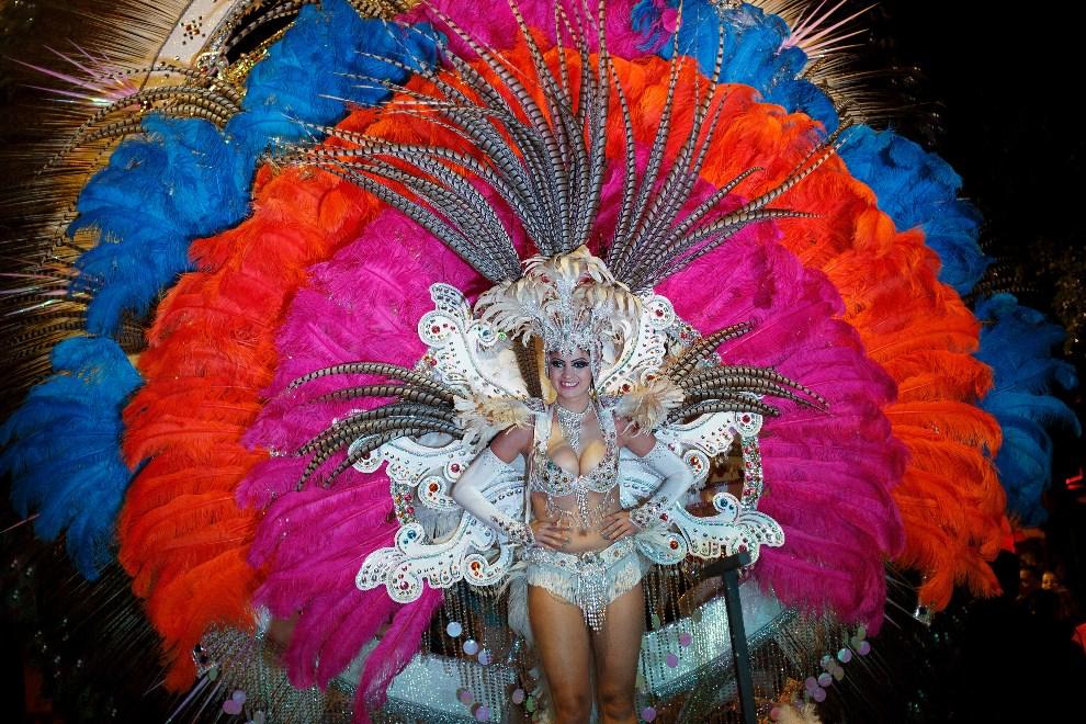 14.HISZPANIA, Teneryfa, 28 lutego 2014: Tancerka uczestnicząca w paradzie otwierającej zabawę. (Foto: Pablo Blazquez Dominguez/Getty Images)