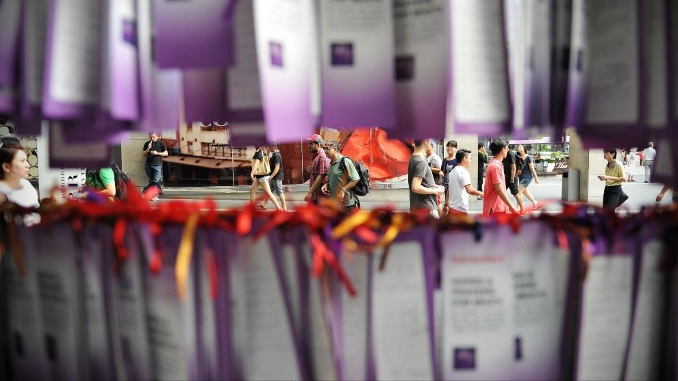 14.MALEZJA, Kuala Lumpur, 23 marca 2014: Kartki z modlitwami i życzeniami kierowanymi do załogi i pasażerów zaginionego samolotu. (Foto: Rufus Cox/Getty Images)