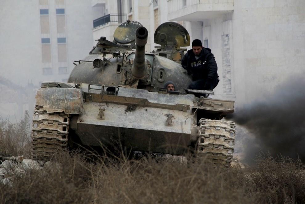 14.SYRIA, Aleppo, 10 lutego 2014: Czołg należący do opozycjonistów w pobliżu lotniska. AFP PHOTO / MOHAMMED WESAM