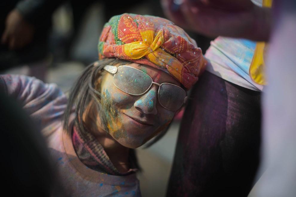 14.KOREA POŁUDNIOWA, Busan, 16 marca 2014: Uczestniczka zabawy z okazji Holi. AFP PHOTO / Ed Jones