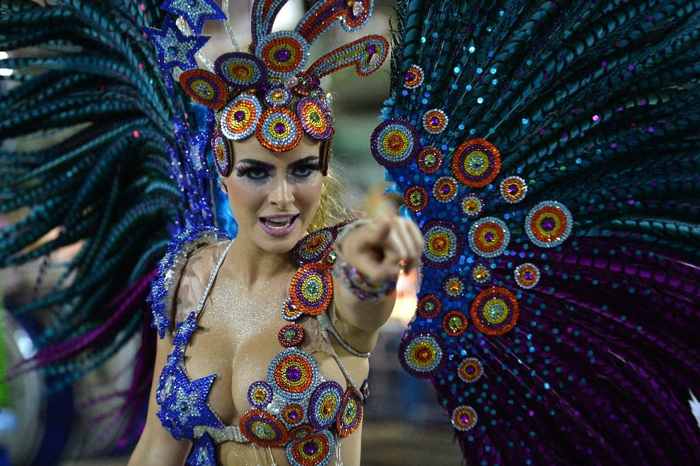 "15.BRAZYLIA, Rio de Janeiro, 2 marca 2014: Tancerka reprezentująca szkołę ""Grande Rio"". AFP PHOTO / YASUYOSHI CHIBA"