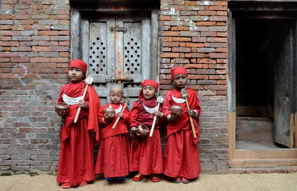 15.NEPAL, Katmandu, 5 marca 2014: Buddyjscy chłopcy w Katmandu. AFP PHOTO/Prakash MATHEMA