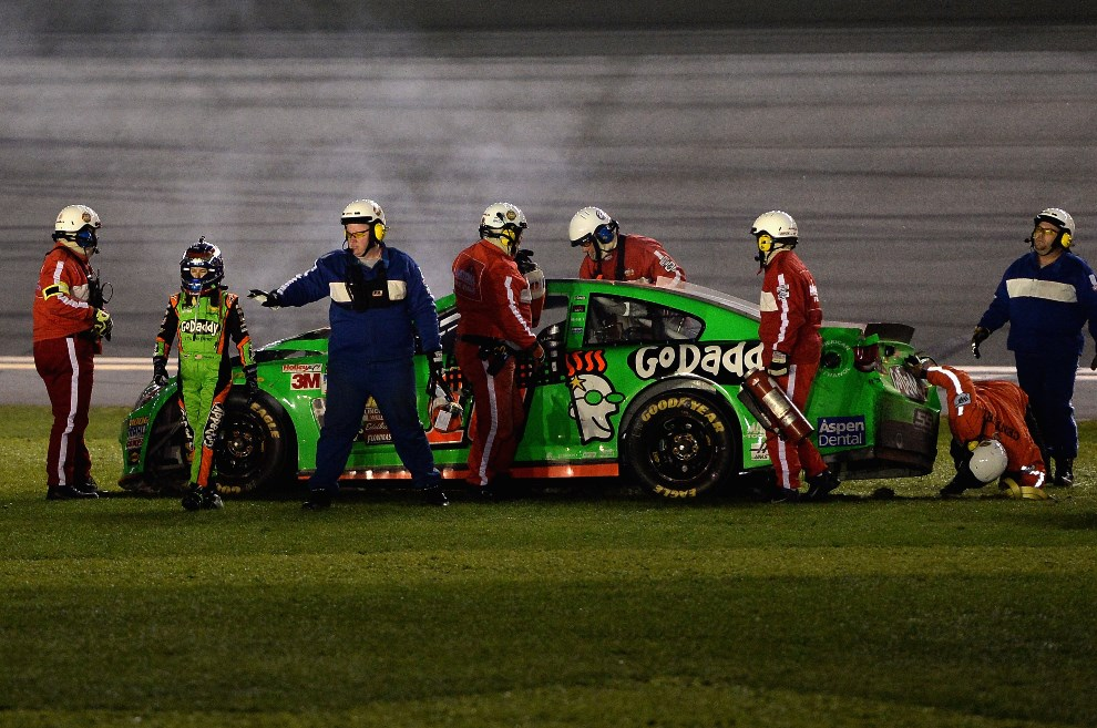 15.USA, Daytona Beach, 23 lutego 2014: Danica Patrick odchodzi od uszkodzonego samochodu . (Foto: Patrick Smith/Getty Images)