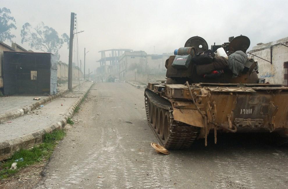 15.SYRIA, Zara, 8 marca 2014: Czołg na ulicy w mieście Zara. AFP PHOTO/STR