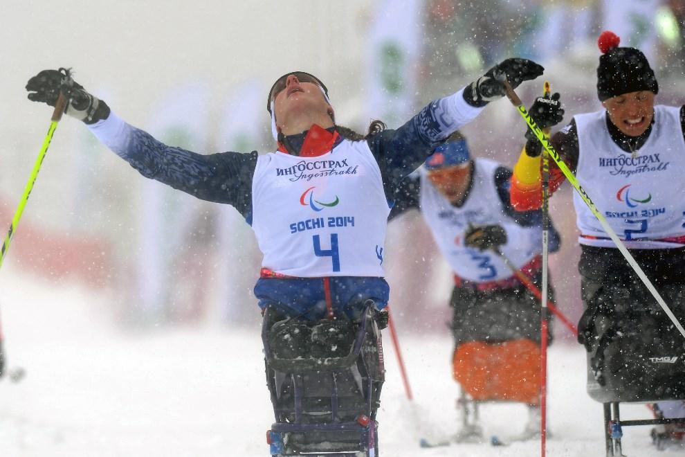 15.ROSJA, Soczi, 12 marca 2014: Amerykanka Tatyana McFadden cieszy się z wywalczonego srebrnego medalu.  AFP PHOTO/KIRILL KUDRYAVTSEV