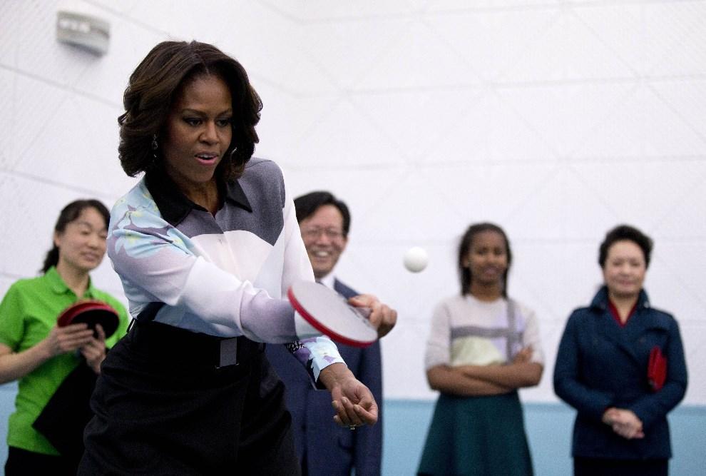 15.CHINY, Pekin, 21 marca 2014: Michelle Obama gra w ping ponga w towarzystwie żony prezydenta Chin, Xi Jinping (pierwsza po prawej). AFP PHOTO / POOL