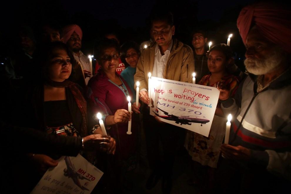 15.INDIE, Amritsar, 20 marca 2014: Ludzie modlący się w intencji pasażerów i załogi zaginionego MH370. EPA/RAMINDER PAL SINGH Dostawca: PAP/EPA