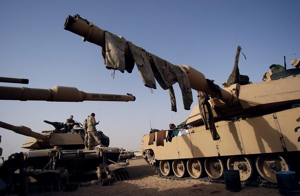 16.KUWEJT, 15 kwietnia 2003: Mundury suszące się na armatach Abramsów. AFP PHOTO/Roberto SCHMIDT