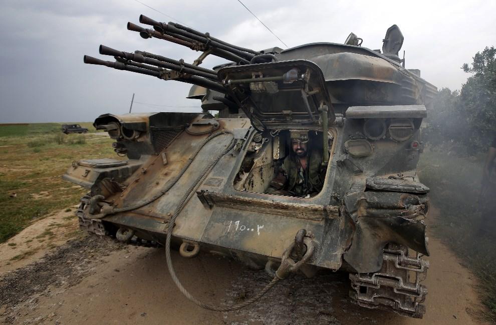 16.SYRIA, Dumayna, 13 maja 2013: Żołnierz wojsk rządowych zabezpiecza przejmowanie wioski w pobliżu miasta Dumayna. AFP PHOTO/JOSEPH EID
