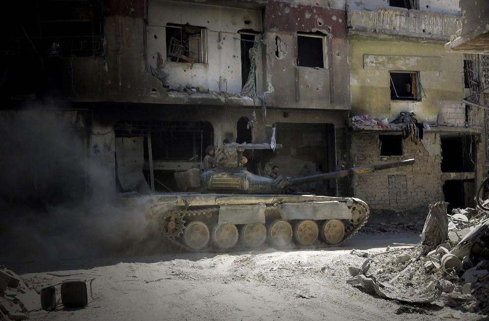 17.SYRIA, Homs, 31 lipca 2013: Patrol wojsk rządowych na ulicy w Homs. AFP PHOTO/JOSEPH EID