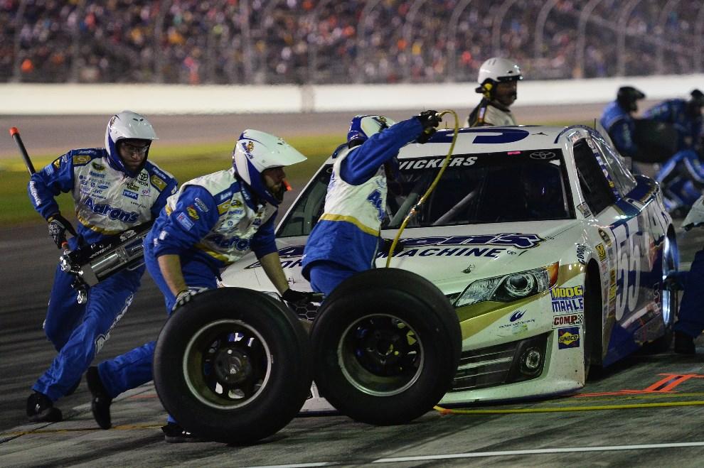 17.USA, Daytona Beach, 23 lutego 2014: Brian Vickers za kierownicą #55 Aaron's Dream Machine Toyota w strefie serwisowej. (Foto: Patrick Smith/Getty Images)