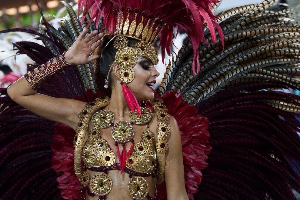 17.BRAZYLIA, Rio de Janeiro, 2 marca 2014: Paloma Bernadi tańcząca na Sambodromie. (Foto: Buda Mendes/Getty Images)