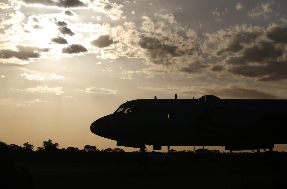 17.AUSTRALIA, Perth, 23 marca 2014: Japoński samolot uczestniczący w akcji ratowniczej, ląduje w bazie wojskowej w Perth. (Foto: Jason Reed - Pool/Getty Images)