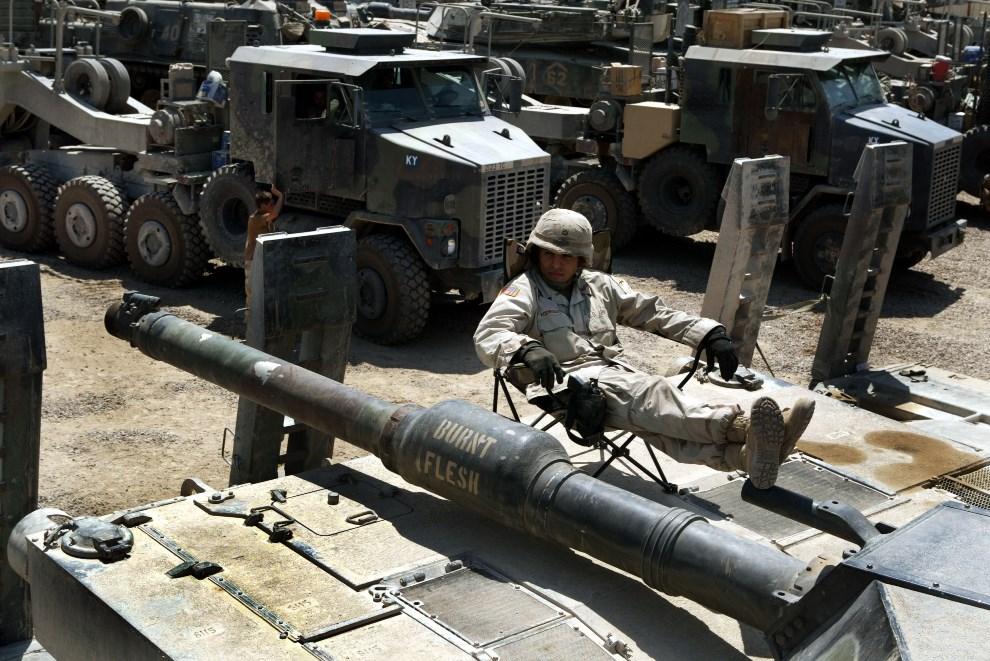 17.IRAK, Bagdad, 4 lipca 2004: Szeregowy Robert Rodriquez odpoczywa siedząc na czołgu. (Foto: Joe Raedle/Getty Images)