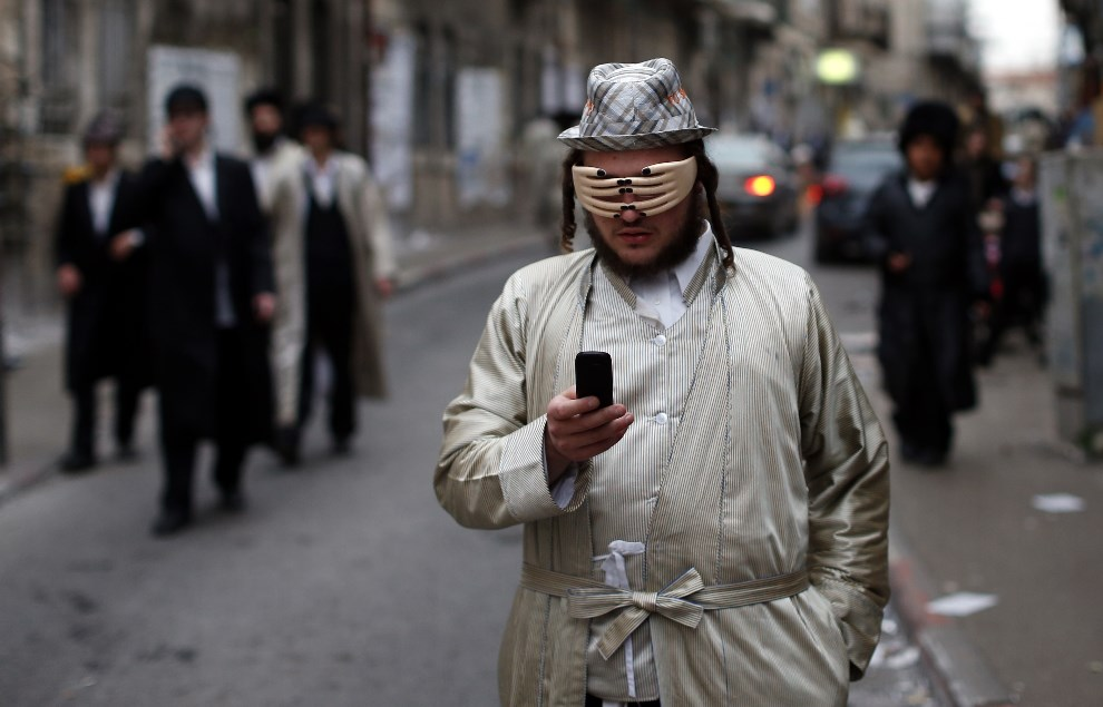 1.IZRAEL, Jerozolima, 17 marca 2014: Ultra-ortodoksyjny żyd podczas święta Purim. AFP PHOTO/THOMAS COEX