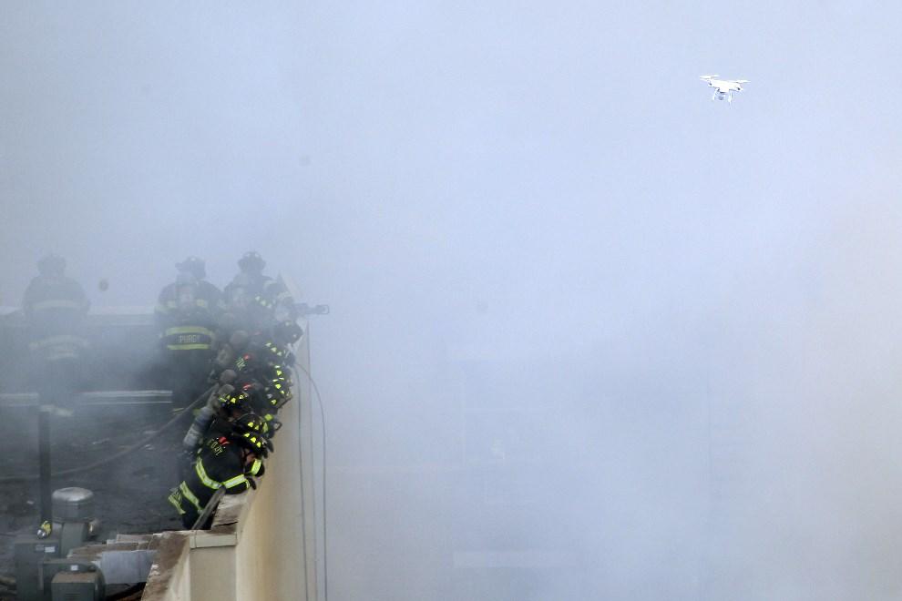 18.USA, Nowy Jork, 12 marca 2014: Strażacy pracujący w miejscu gdzie zawalił się budynek. Justin Heiman/Getty Images/AFP