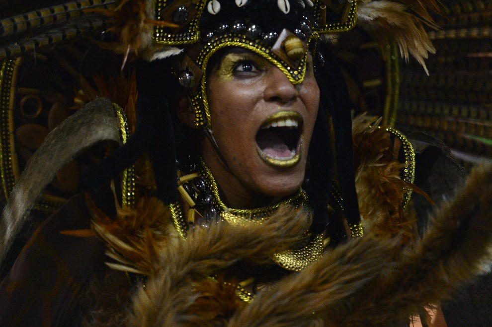 "18.BRAZYLIA, Rio de Janeiro, 2 marca 2014: Tancerka reprezentująca szkołę ""Imperio da Tijuca"". AFP PHOTO / CHRISTOPHE SIMON"