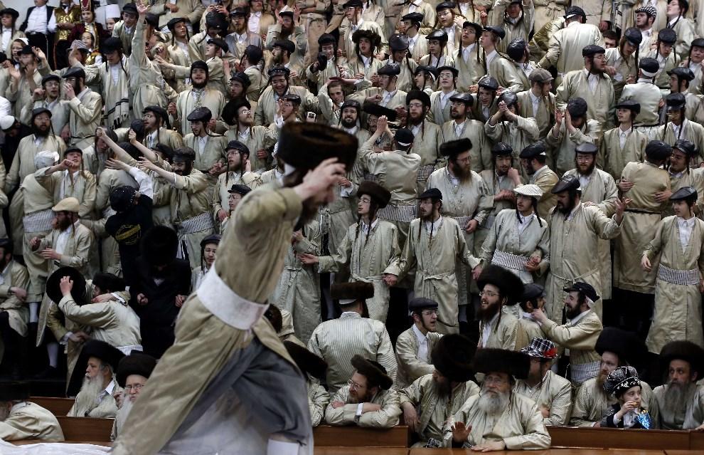 18.IZRAEL, Jerozolima, 17 marca 2014: Ultra-ortodoksyjni żydzi świętujący Purim. AFP PHOTO/THOMAS COEX