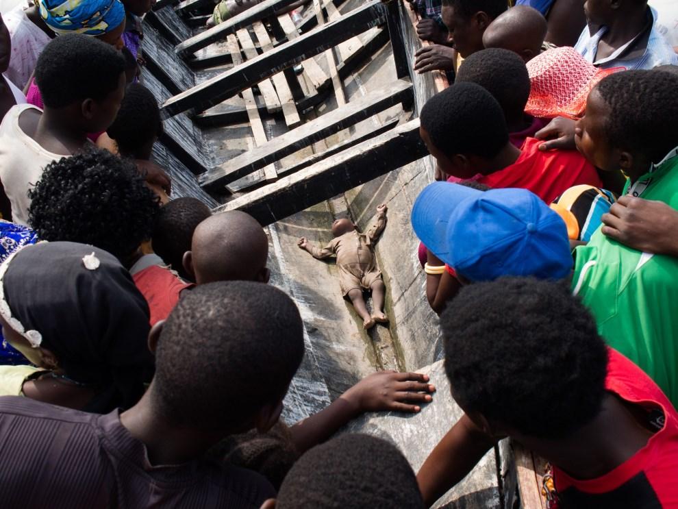 18.UGANDA, Kitebere, 23 marca 2014: Ciało dziecka wyłowione z jeziora. Jest ono kolejną ofiarą pośród uciekinierów z Demokratycznej Republiki Konga. AFP   PHOTO/Michele Sibiloni