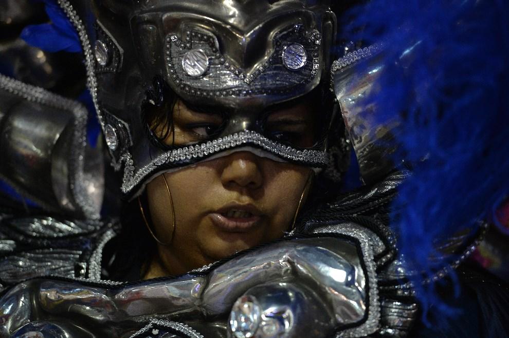 "19.BRAZYLIA, Rio de Janeiro, 2 marca 2014: Tancerka reprezentująca szkołę ""Grande Rio"". AFP PHOTO / YASUYOSHI CHIBA"