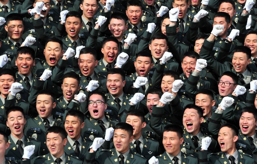 19.KOREA POŁUDNIOWA, Gyeryong, 6 marca 2014: Świeżo upieczeni oficerowie podczas uroczystej gali. AFP PHOTO / POOL / JUNG YEON-JE