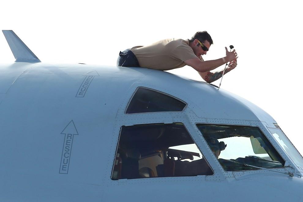 19.AUSTRALIA, Perth, 24 marca 2014: Australijski samolot ratowniczy serwisowany przed startem. (Foto: Paul Kane/Getty Images)