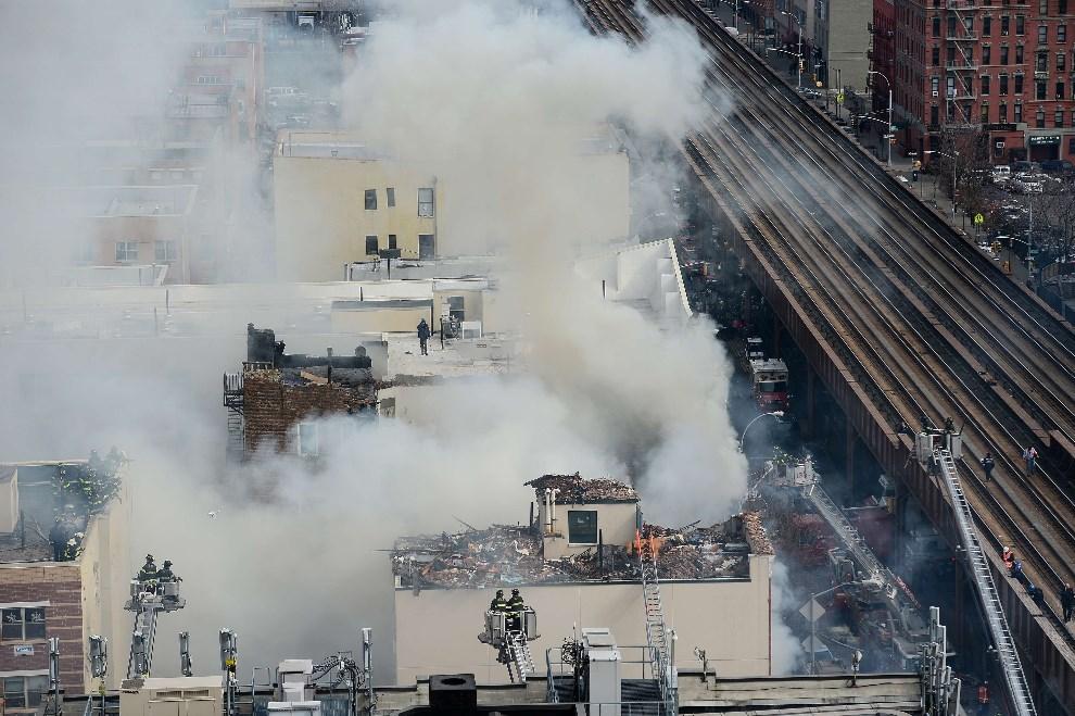 19.USA, Nowy Jork, 12 marca 2014: Widok na miejsce eksplozji, do której doszło w Nowym Jorku. AFP PHOTO/Emmanuel Dunand