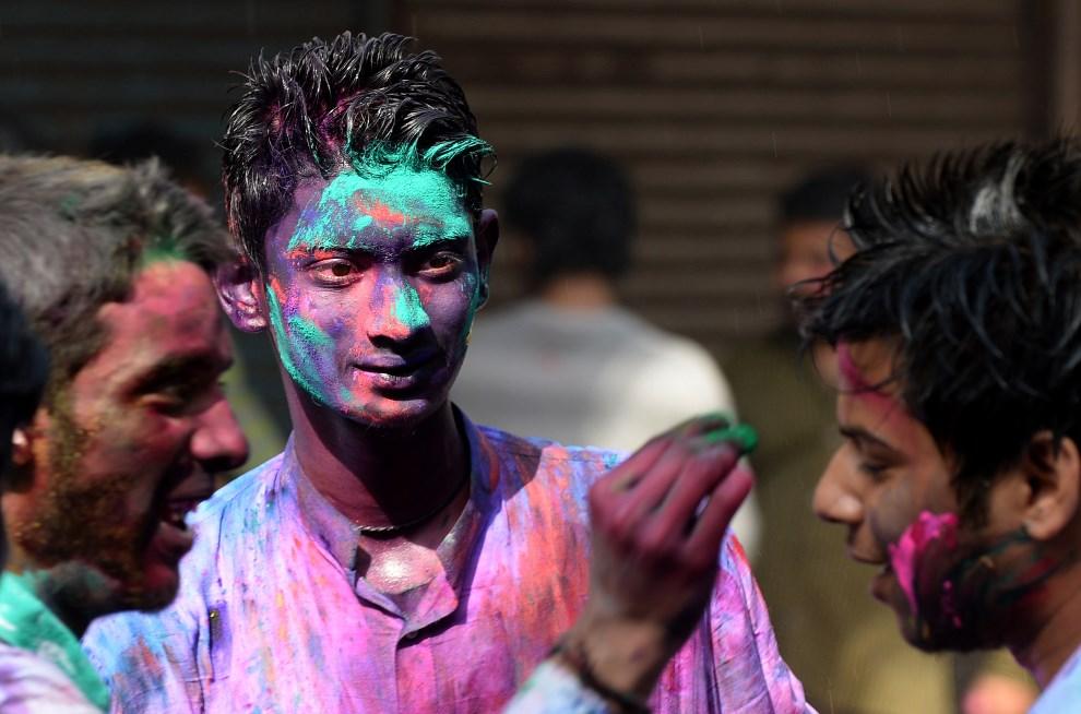 19.INDIE, New Delhi, 17 marca 2014: Mężczyźni uczestniczący w obchodach święta Holi. AFP PHOTO /SAJJAD HUSSAIN