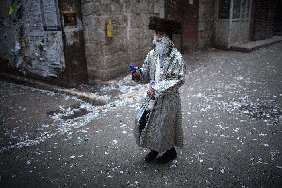 19.IZRAEL, Jerozolima, 16 marca 2014: Ultra-ortodoksyjny żyd podczas święta Purim. AFP PHOTO/MENAHEM KAHANA