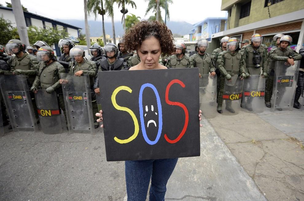 1.WENEZUELA, Caracas, 25 lutego 2014: Kobieta protestująca przeciw prezydentowi Nicolasowi Maduro. AFP PHOTO/JUAN BARRETO