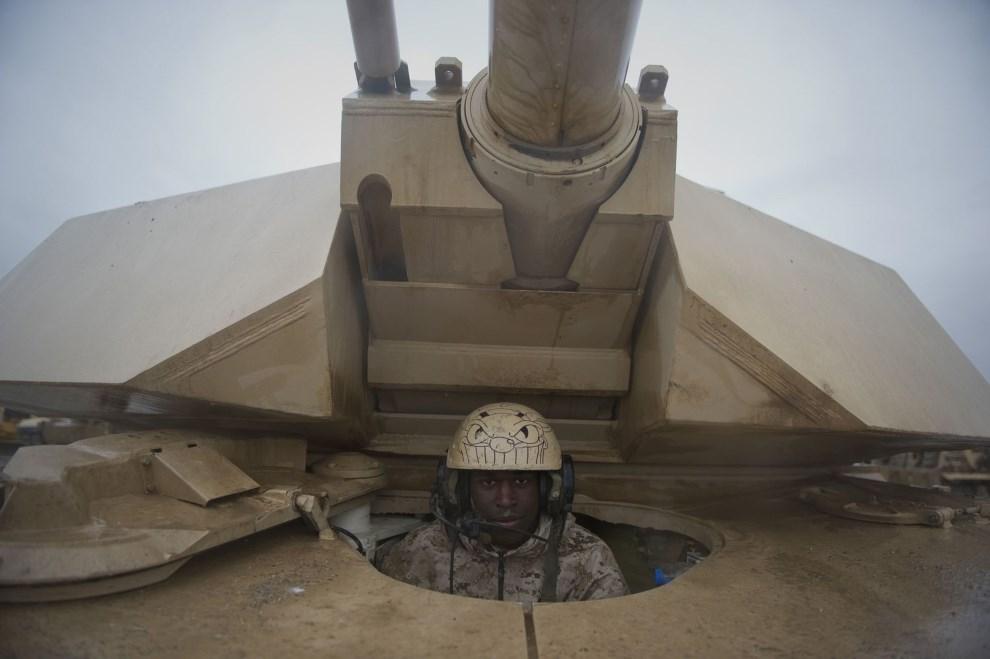 1.AFGANISTAN, 2 lutego 2011: Żołnierz piechoty morskiej w czołgu M1 Abrams. AFP PHOTO / DMITRY KOSTYUKOV