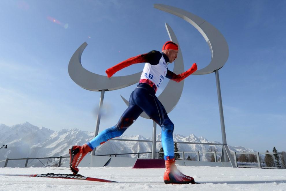 1.ROSJA, Soczi, 10 marca 2014: Rosjanin Władymir Kononov na trasie biegu o długości 20 km. AFP PHOTO/KIRILL KUDRYAVTSEV