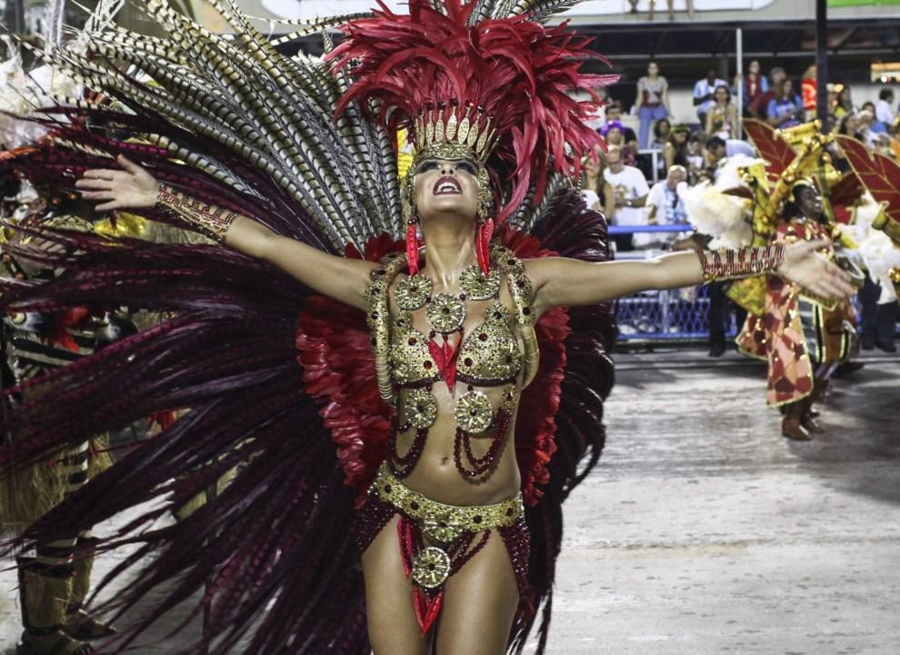 """1.BRAZYLIA, Rio de Janeiro, 2 marca 2014: Tancerka występująca w szkole """"Grande Rio"""". EPA/Antonio Lacerda Dostawca: PAP/EPA."""