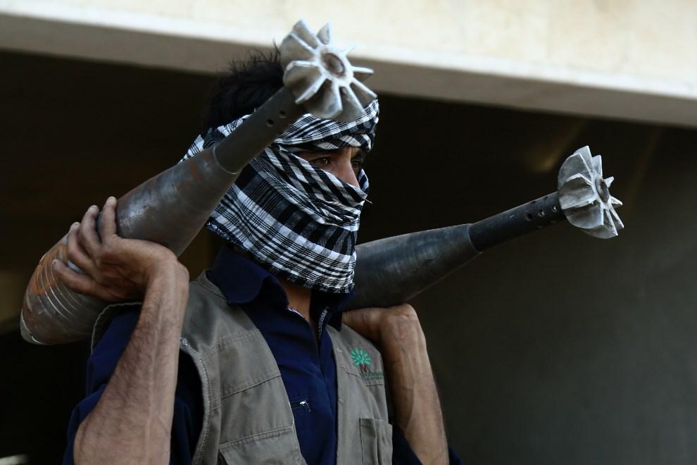 20.SYRIA, Raqqa, 3 września 2013: Rebeliant z pociskami moździerzowymi domowej produkcji. AFP PHOTO / MEZAR MATAR