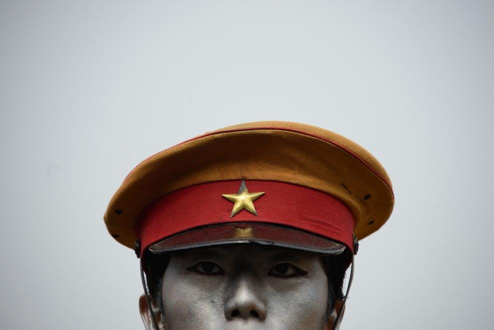 20.KOREA POŁUDNIOWA, Seul, 1 marca 2014: Mężczyzna w stroju japońskiego żołnierza z czasów okupacji. AFP PHOTO / Ed Jones