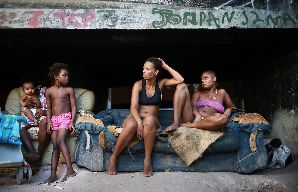 20.BRAZYLIA, Rio de Janeiro, 18 marca 2014: Mieszkańcy faweli Complexo da Mare. (Foto: Mario Tama/Getty Images)