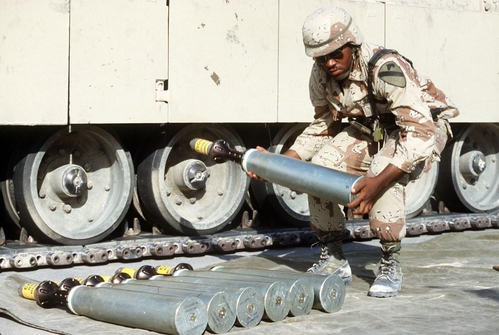 20.KUWEJT, 1990: Ładowanie pocisków kalibru 105mm podczas operacji Pustynna Tarcza. (Foto: DOD)