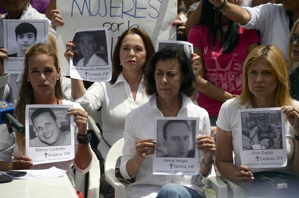 21.WENEZUELA, Caracas, 3 marca 2014: Żony aresztowanych przywódców opozycji protestujące przed siedzibą OPA (Organizacja Państw Amerykańskich). AFP PHOTO/JUAN   BARRETO