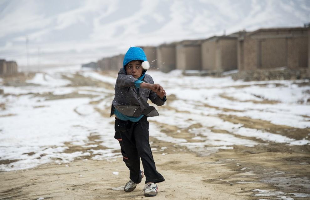 21.AFGANISTAN, Barek Aub, 12 marca 2014: Afgański chłopiec mieszkający w obozie dla uchodźców. AFP PHOTO/JOHANNES EISELE