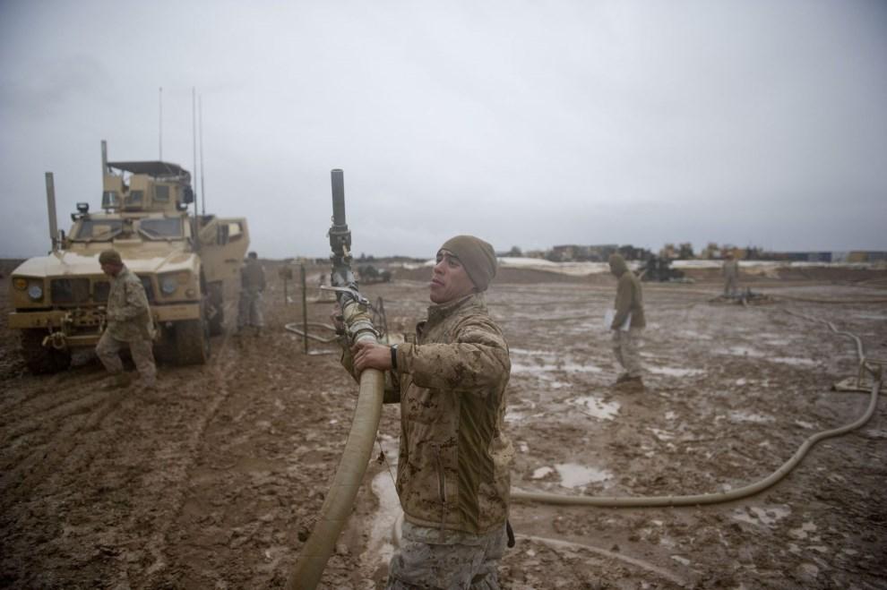 21.AFGANISTAN, 2 lutego 2011: Żołnierze piechoty morskiej podczas tankowania czołgów. AFP PHOTO / DMITRY KOSTYUKOV
