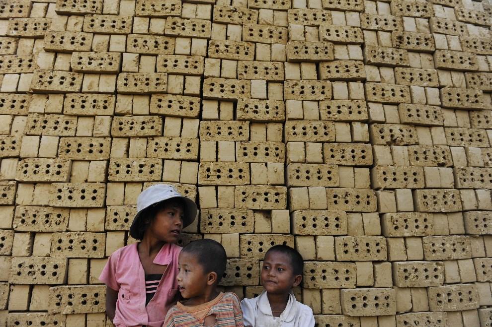 22.MJANMA, Jangon, 11 marca 2014: Dzieci w fabryce cegieł. AFP PHOTO / YE AUNG THU