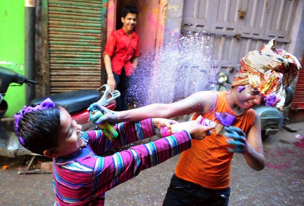 21.INDIE, Allahabad, 17 marca 2014: Dzieci bawiące się na ulicy podczas Holi. AFP PHOTO/SANJAY KANOJIA