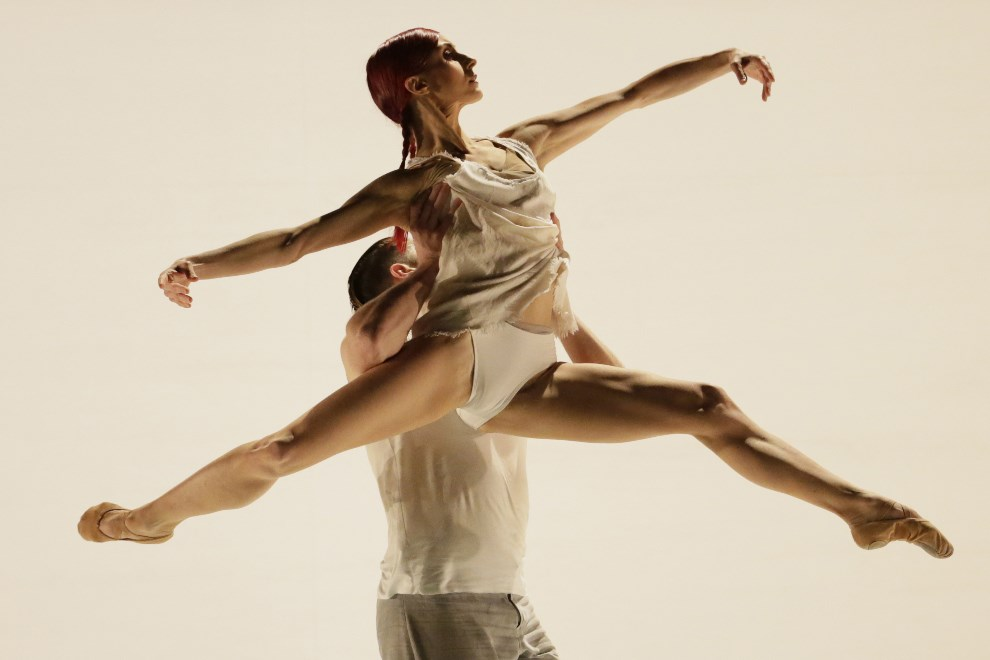 "22.FRANCJA, Paryż, 4 marca 2014: Tancerze z grupy  ""LA Dance Project"". AFP PHOTO/KENZO TRIBOUILLARD"