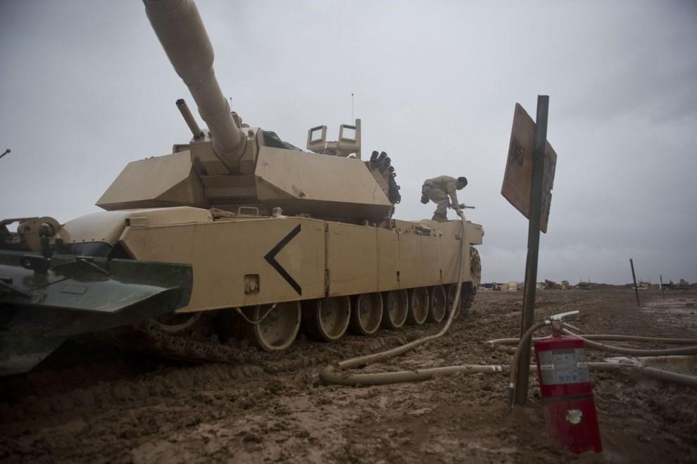 22.AFGANISTAN, 2 lutego 2011: Żołnierze piechoty morskiej podczas tankowania czołgów. AFP PHOTO / DMITRY KOSTYUKOV