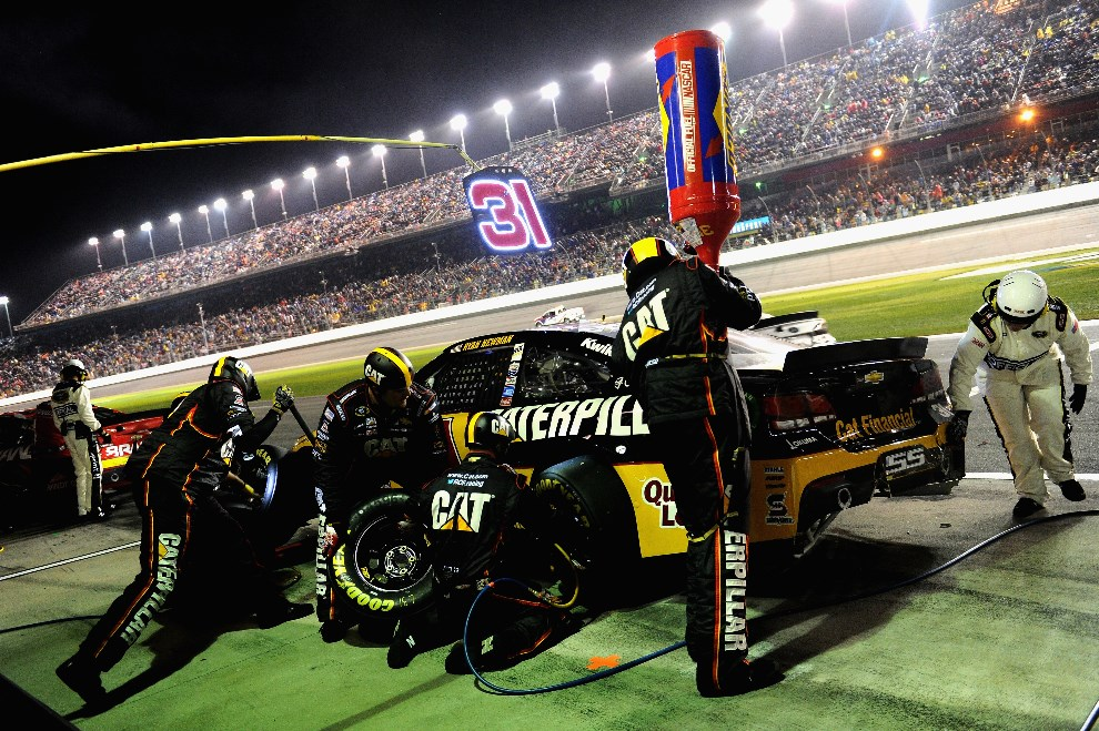 22.USA, Daytona Beach, 23 lutego 2014: Ryan Newman (#31 Caterpillar Chevrolet) w strefie serwisowej. (Foto: Patrick Smith/Getty Images)